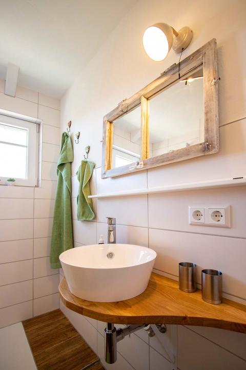 Der Waschtisch und Spiegel in der Ferienwohnung Odenwald